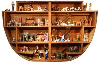 Vemos en madera la maqueta del arca de noe vista por dentro y como estuvieron distribuidos los animales