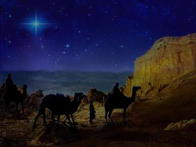 Vemos a tres hombres en camellos que llegan a un sitio en una noche estrellada