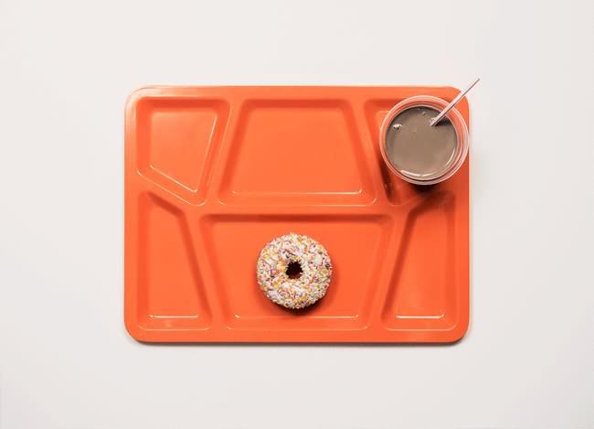 Ahora vemos un poco de cereal y chocolate en  una bandeja color naranja