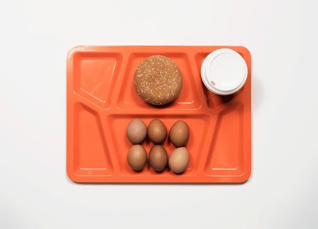 Vemos otra vez la bandeja naranja con  un pan integral
