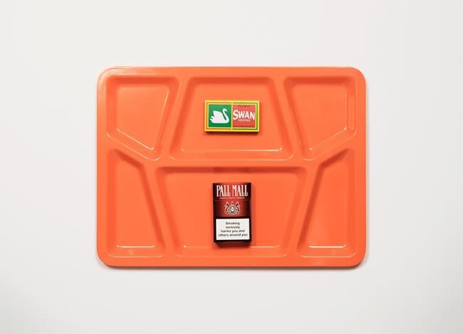 Vemos en la bandeja  un paquete donde se lee pall maLL y otra caja con la figura de un cisne