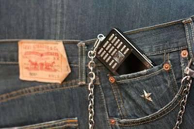 Vemos un celular de la marca levis  en colores negro cafe y plateado y llevaba una cadena para asegurar el celular al pantalon