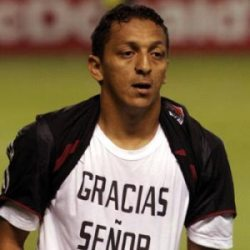 UN jugador de futbol que camina por la cancha lleva una camiseta donde se puede leer gracias a Dios
