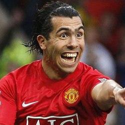 Vemos aun jugador con uniforme rojo que ríe y hace una expresión  bastante  desmesurada con el rostro