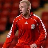 Un jugador rubio joven uniforme rojo que camina y grita