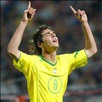Tene mos aqui a un futbolista que corre con los brazos en alto levantando sus dos dedos indices y sus ojos cerrados celebra la jugada