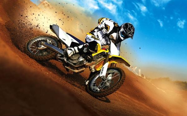 Una motociclista en su moto derrapa sobre las arenas del desierto