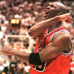 Un basquetbolista celebrando una gran anotación durante un juego