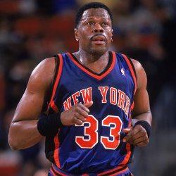 Un basquetbolista de medio cuerpo corriendo durante un partido