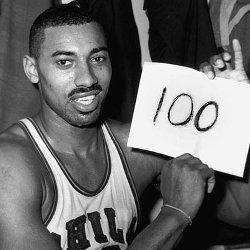 Un jugador sosteniendo un papel blanco que dice -100-