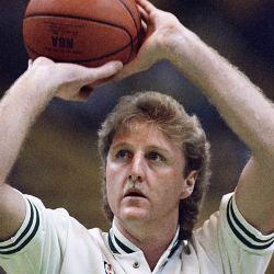 Un jugador de basquetbol sosteniendo una bola sobre su cabeza