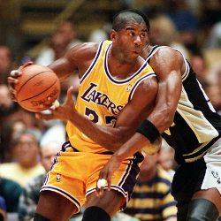 Un jugador de basquetbol driblando la pelota mientras otro lo ataca