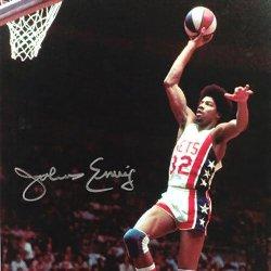 Un basquetbolista en la mitad del aire luego de saltar para clavar la pelota
