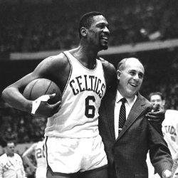 Un basquetbolista en uniforme al lado de un ejecutivo en saco y corbata