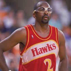 Un jugador usando unas gafas plásticas grandes durante un juego