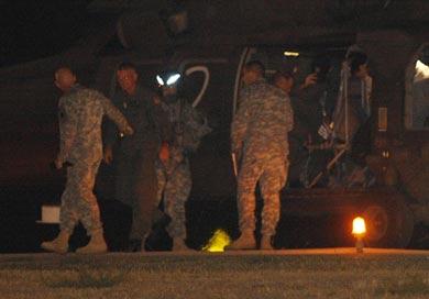 Un helicóptero y bajan varios uniformados  de el