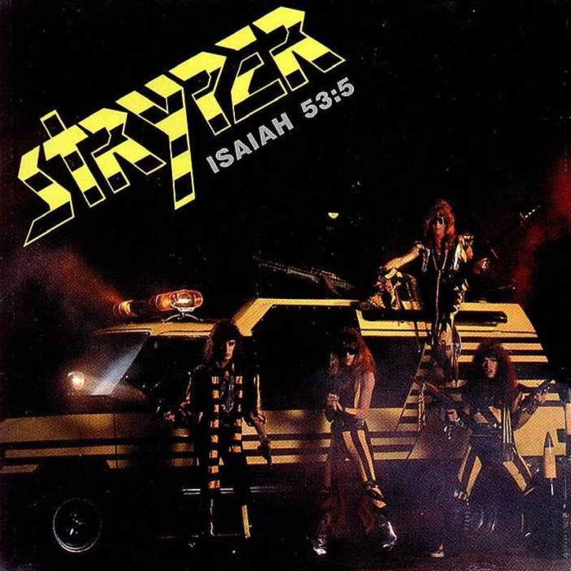 Un grupo de rock en un carro amarillo con listas negras tres están en la parte de abajo y otro en la parte de arriba