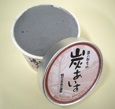 Vemos un raro vaso de helado de color negro destapado y eso nos muestra