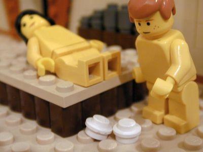 Unos muñecos unos muñecos uno recostado en una especie de cama y al lado el otro muñeco