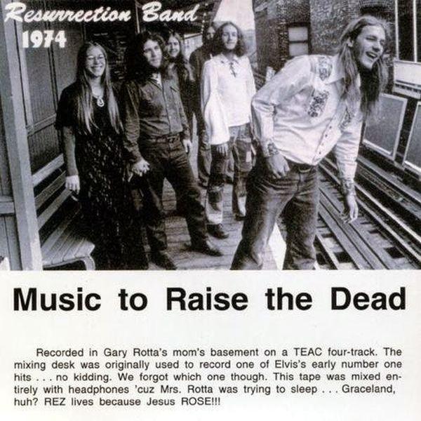 Un grupo de jóvenes hombres y mujeres roqueros a blanco y negro  y se lee resurrección 1974