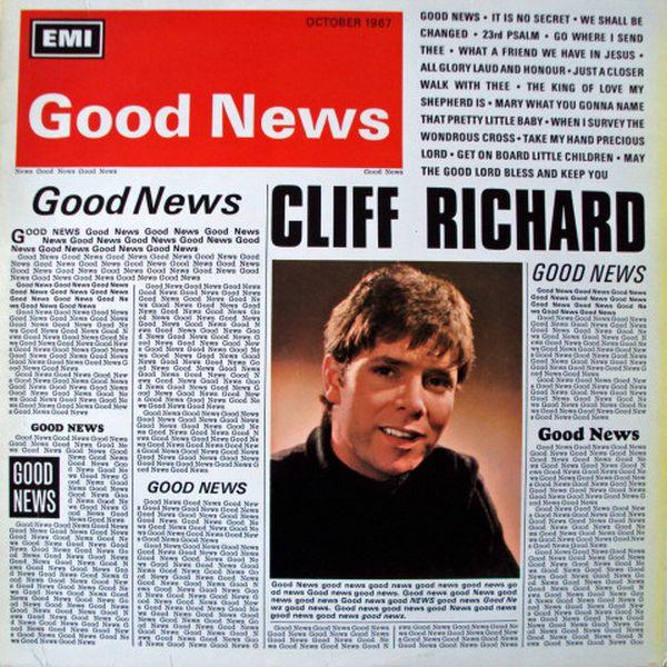 Un joven en un periódico y vemos que dice buenas noticias