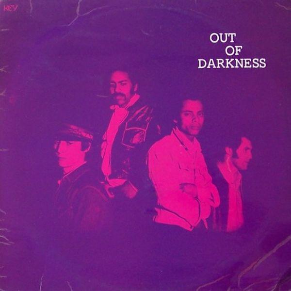 Unos jóvenes posando para una fotografía la cual está por encima en fondo morado donde se lee fuera de la oscuridad