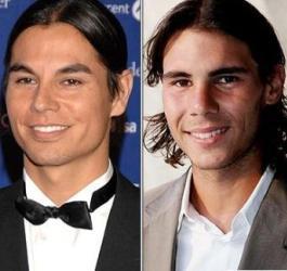Vemos a dos personas sonrientes  con peinados iguales