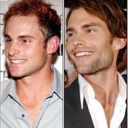 Vemos a dos hombres con pelo corto rubio que sonrien ampliamente