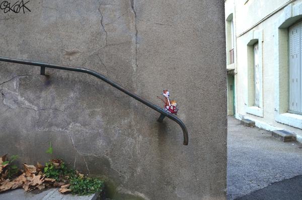 Observamos una pared donde hay un tubo y al final vemos dos pequeños muñecos propios de tiras comicas