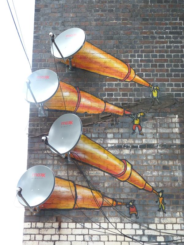 Tenemos unas grandes cornetas en colores rojos y naranjas donde en las puntas se ven unos pequeños geniesillos