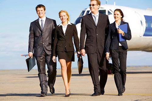 Vemos a cuatro ejecutivos muy jóvenes que llegan algún seminario
