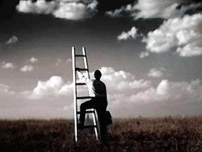 Vemos un campo verde y el cielo con muchas nubes blancas una escalera y un hombre que quiere subir por ella