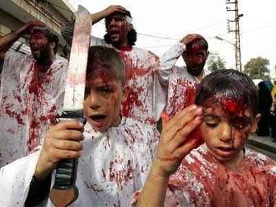 Vemos a un grupo de personas con ropa de color blanco  y con cuchillos en sus manos que se laceran y sangran