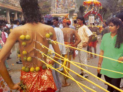 Vemos  muchos hombres con unas bolas y unas cuerdas que salen de sus espaldas y otros tiran de ellos
