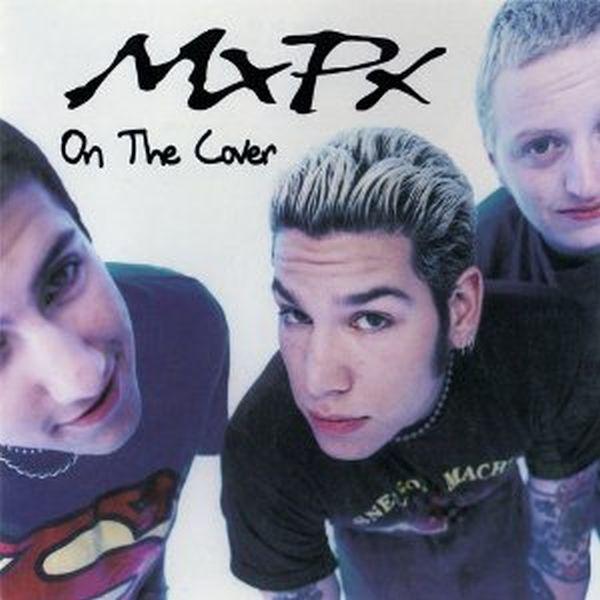 Tres jóvenes, dos con el pelo pintado y el otro no