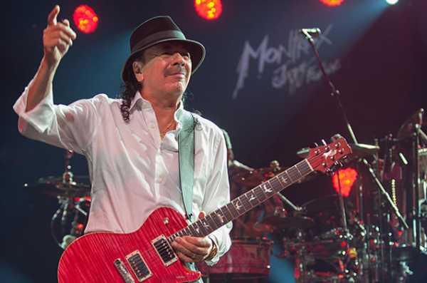 Tenemos aquí a un famoso guitarrista tocando en un concierto
