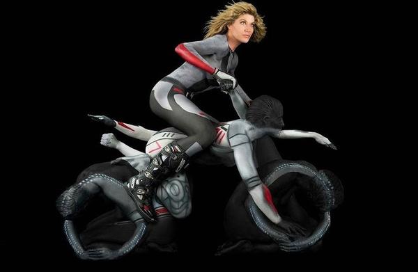 Persona donde se ve una inmensa moto tatuada en ese cuerpo