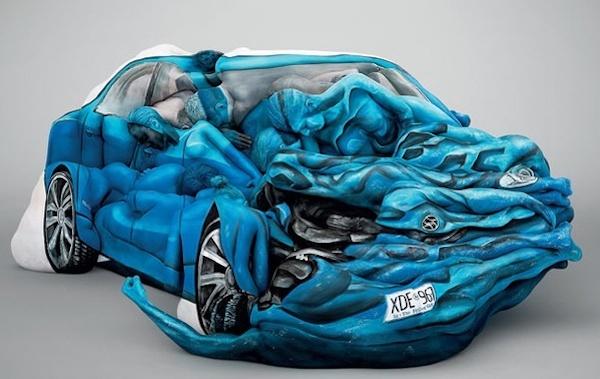 Un carro  que sufrio un choque fuerte es  el tatuaje que observamos en color azul rey