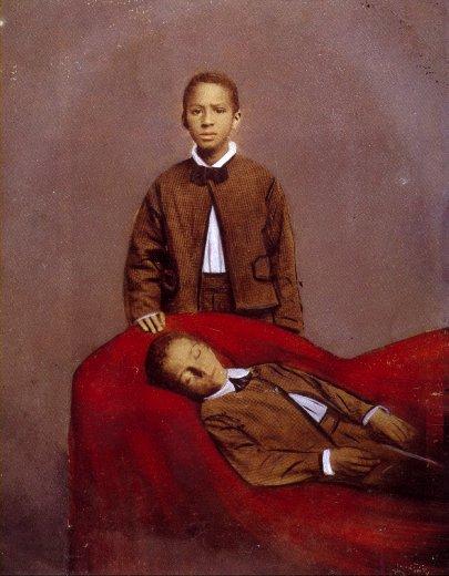 Un joven morocho con traje cuida a otro joven que duerme tranquilamente