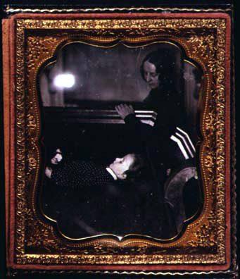 Una mujer observa aun niño que duerme en una silla tranquilamente