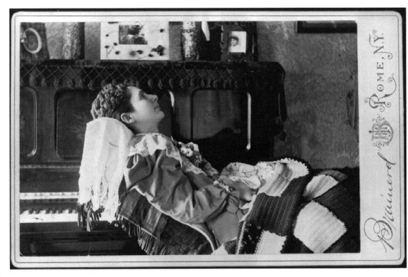 Una niña con un bonito traje que duerme en un sofa