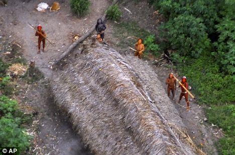 Aqui una persona de la tribu con una larga flecha