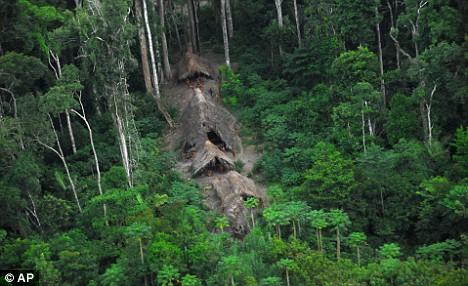 Vemos unas chozas de paja donde  viven en este caserio