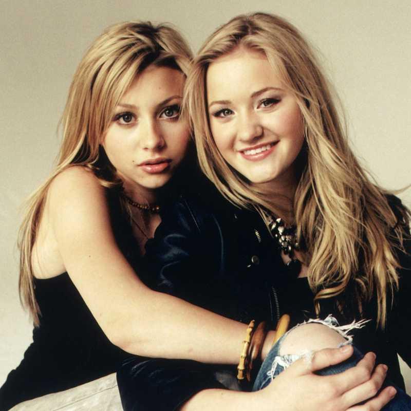 Dos mujeres jóvenes rubias que miran a la cámara con expresión alegre