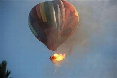 Vemoos a un globo que se eleva con su parte de llamas que se ven cuando toma altura