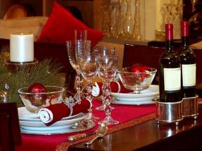 Observamos una hermosa mesa servida para una elegante cena navideña