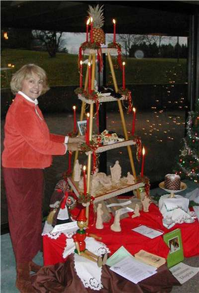 Tenemos una hermosa piramide organizada con muchas frutas y velas encendidas