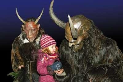 Vemos a dos hombres con disfrases  y mascaras y una pequeña niña que los observa