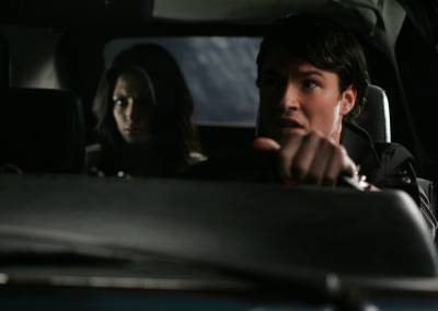 Vemos a un hombre al volante de su coche y atrás va una mujer con una mirada  asustada