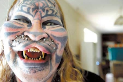 Vemos aun hombre con un rostro  tratando de parecerse a un tigre